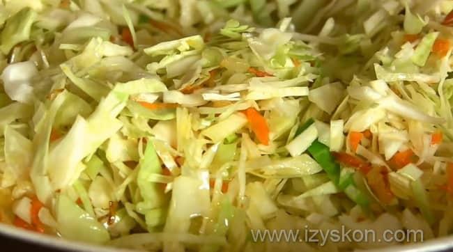 Обжариваем лук, морковь и капусту