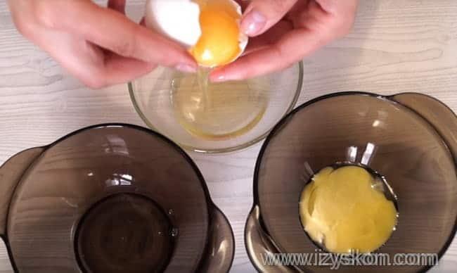 prigotovlenie-belkovoj-glazuri-dlya-pechenya.-SHag-1-min Как покрыть печенье глазурью