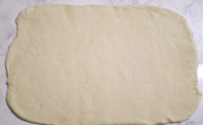 Тесто раскатываем прямоугольной формы.