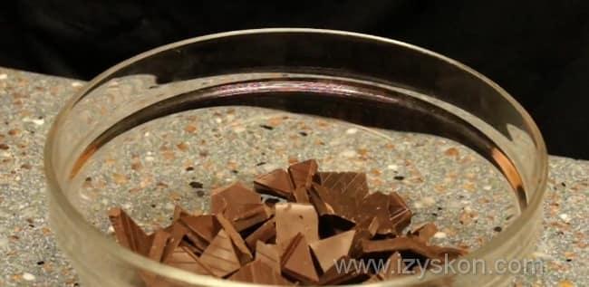 Ломаем плитку шоколада на небольшие кусочки
