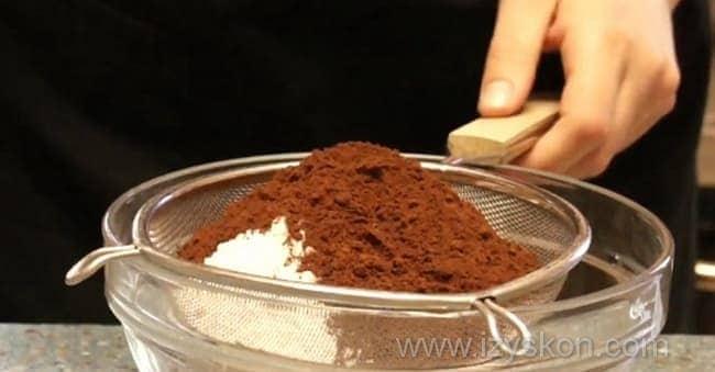 Просеиваем через сито муку вместе с какао