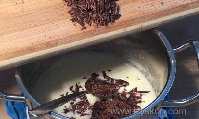 Добавляем в кипящие сливки шоколад