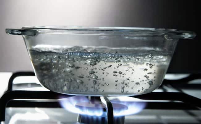 Наливаем треть кастрюли воды и ставим на огонь.