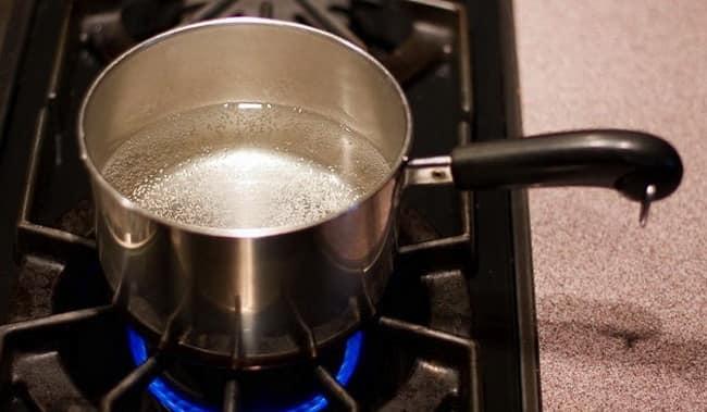 Ставим кастрюлю с водой на огонь