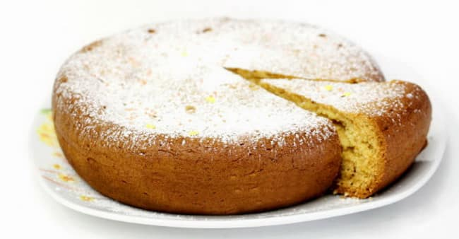 Наш пирог с творогами и яблоками, который мы испекли в мультиварке, готов к подаче на стол