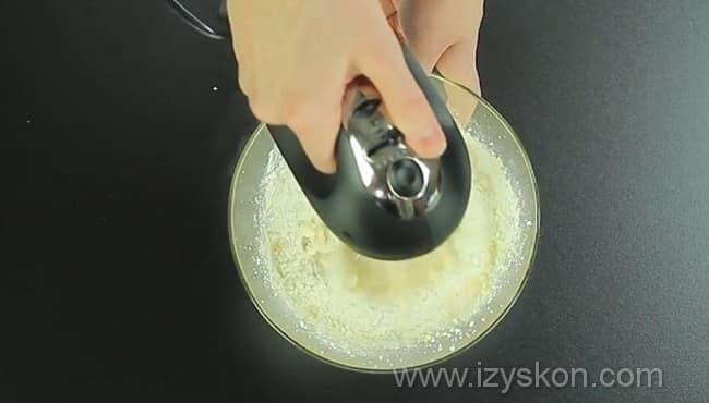 Взбиваем яичную и творожную смесь
