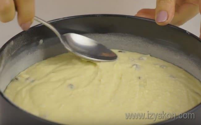 Выкладываем тесто в форму и выпекаем наш простой пирог с творогом.