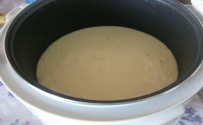 Чашу мультиварки смазываем и выкладываем в нее тесто.