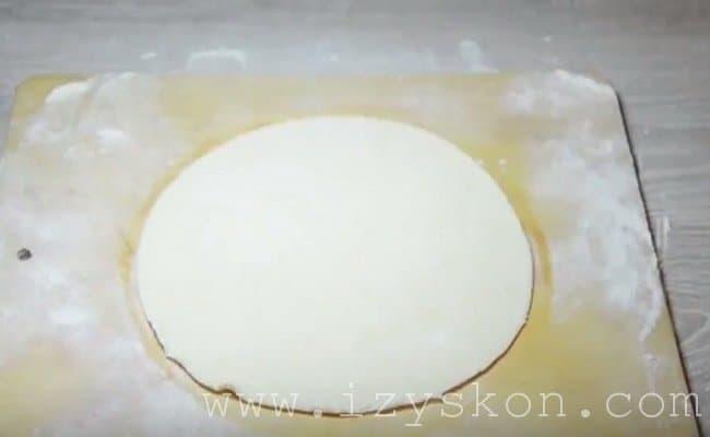 Раскатываем тесто толщиной 0,5 см.