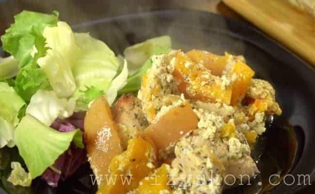 Достаем из духовки тушеную курицу с тыквой и подаем на стол из свежей зеленью.