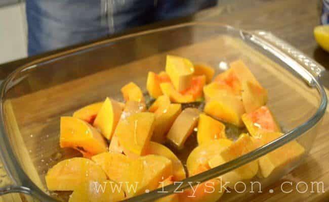 Кладем очищенную тыкву в форму и поливаем соком из второй половины лимона.