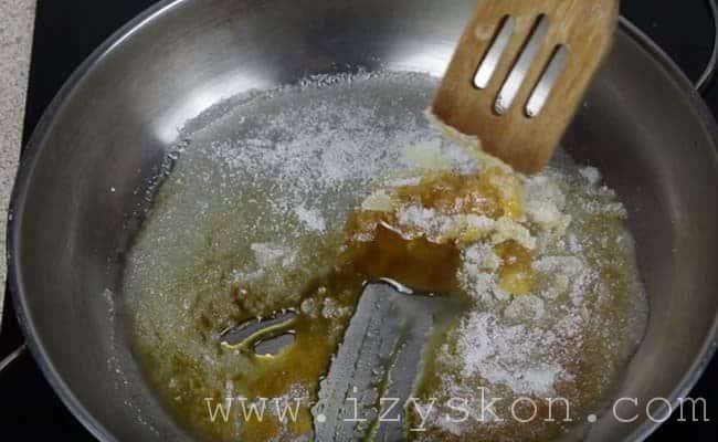 Высыпаем сахар на сухую сковородку и нагреваем его пока не образуется янтарная карамель.