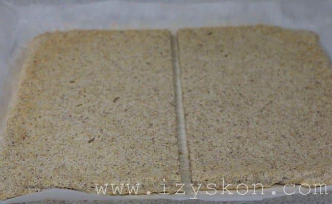 Теперь бисквитный корж разрезаем пополам.