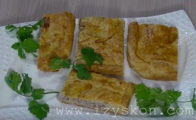 Готовый пирог с мясом остужаем. Разрезаем на порции и подаем на стол.