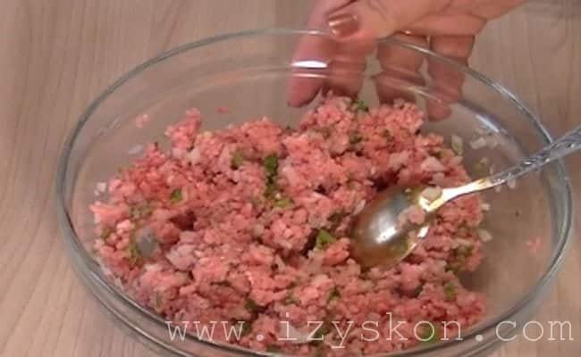 смешиваем фарш с луком и полученная смесь послужит начинкой для пирога с мясом.