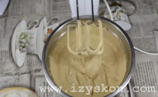 Вот мы и приготовили вкусный сметанный крем с варенной сгущенкой для торта!
