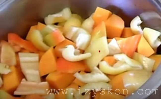 Очищенный перец не крупно нарезаем и отправляем в кастрюлю.