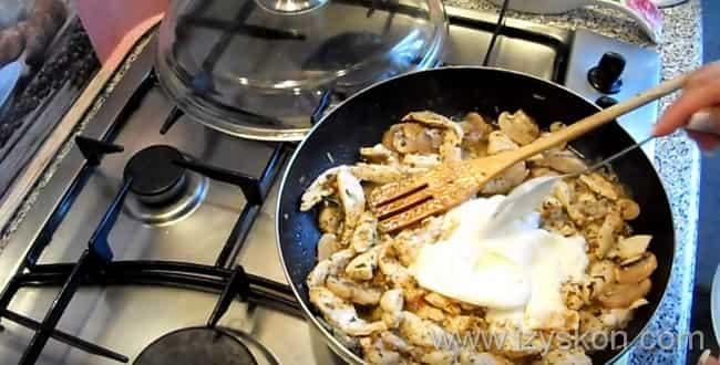 Для приготовления бефстроганова из курицы с грибами - обжариваем все хорошенько