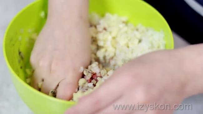 Для приготовления беляшей в духовке приготовьте начинку.