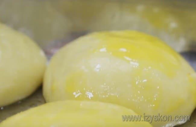Перед отправкой в духовку такие булочки можно смазать желтком и посыпать кунжутом.
