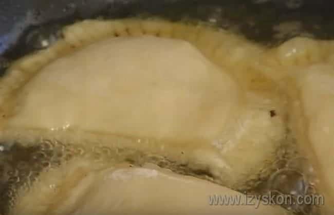 Выкладываем чебуреки в раскаленное растительное масло.