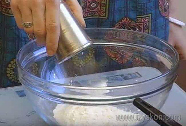 Сначала приготовим простое тесто: смешиваем муку с солью.