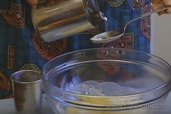 Добавляем в муку с солью растительное масло и воду.