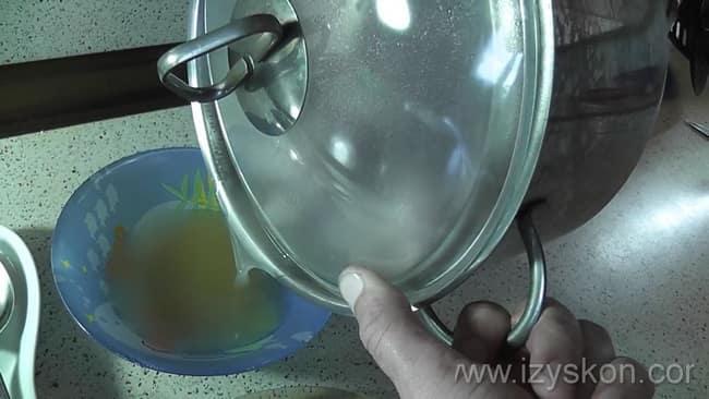 Перед тем как варить шурпу из свинины слейте лишний жир.