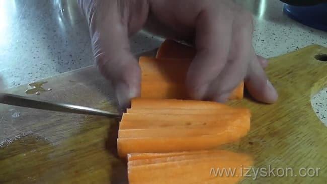 Перед тем как варить шурпу из свинины нарежьте морковь.