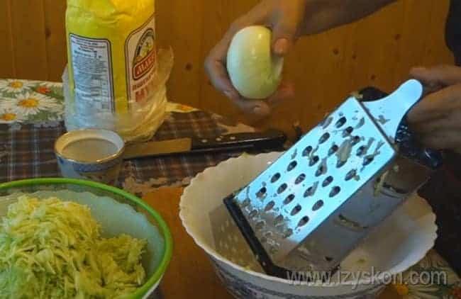 После того, как натрем на терке кабачки, натираем также лук.