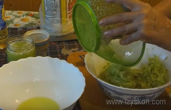 Очень важно, чтобы из кабачков стекла лишняя жидкость, после чего смешиваем их с луком.