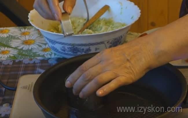 Если хотите, чтобы блюдо выглядело идеально, формировать драники на сковороде можно при помощи кулинарного кольца.