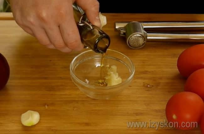 В соус для гренок, с которыми будем подавать испанский суп гаспачо, добавляем оливковое масло.