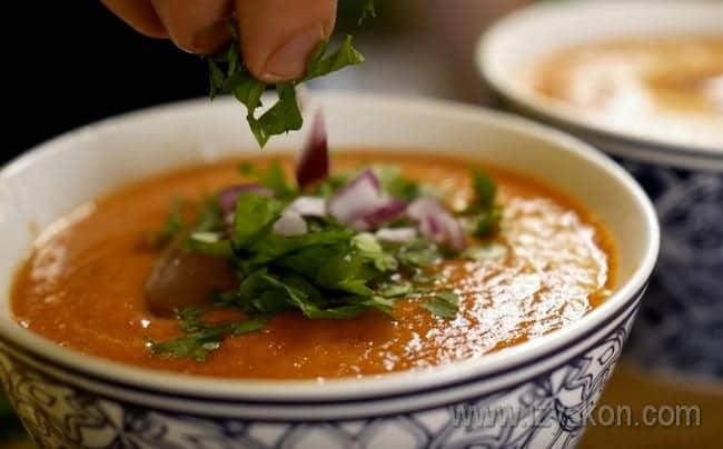 Украсьте холодный суп гаспачо зеленью и луком.