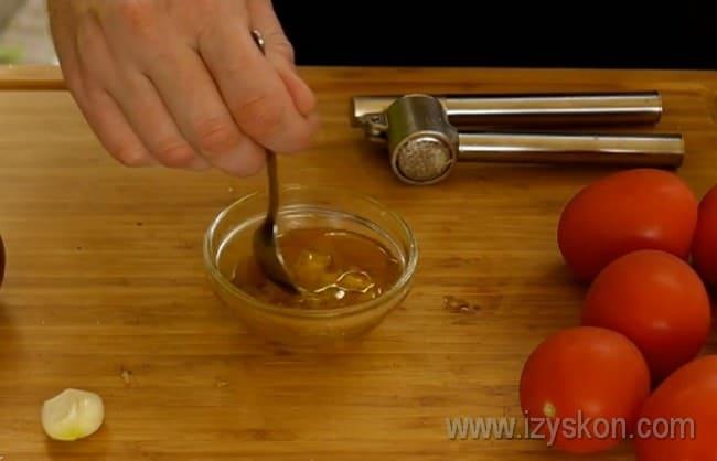 Перемешиваем все ингредиенты для соуса, а далее принимаемся за рецепт томатного супа гаспачо.