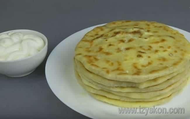 Хачапури можно подавать со сметаной или кушать как самостоятельное блюдо.