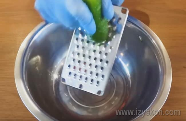 Холодник по-белорусски со свеклой готовится с огурцами.