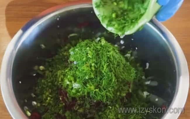 В классическом рецепте холодника используется свежая зелень: лук, укроп.
