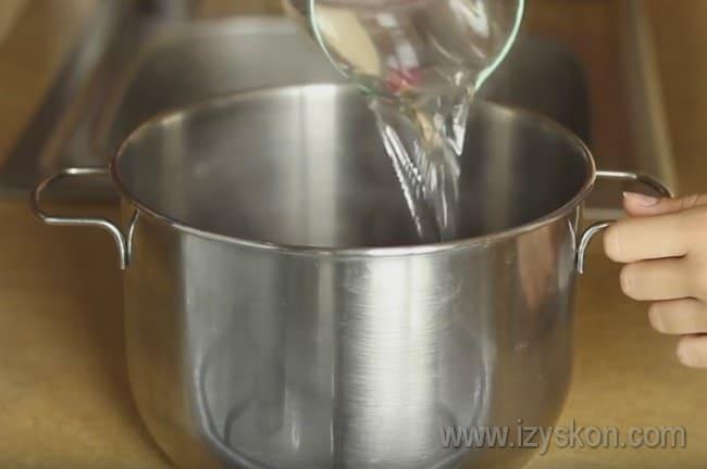 Заливаем подготовленную свеклу кипятком и оставляем, чтобы она остыла.