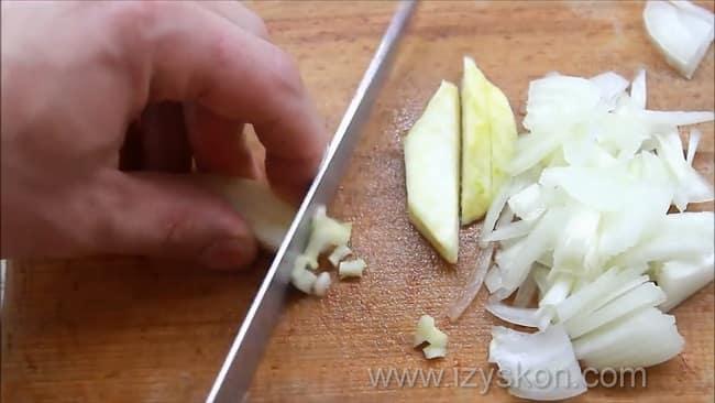Для приготовления ухи по пошаговому рецепту нарежьте сельдерей.