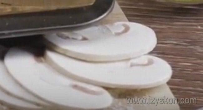 Пока тесто поднимается, нарезаем тонкими кусочками все ингредиенты для начинки.