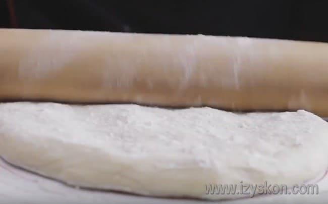 Готовое тесто делим на несколько частей и каждую тонко раскатываем.