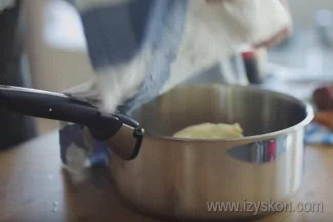 Ставим тесто в теплое место, чтобы оно поднялось.