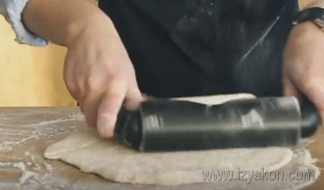 Когда тесто подойдет, раскатываем его в тонкий пласт.