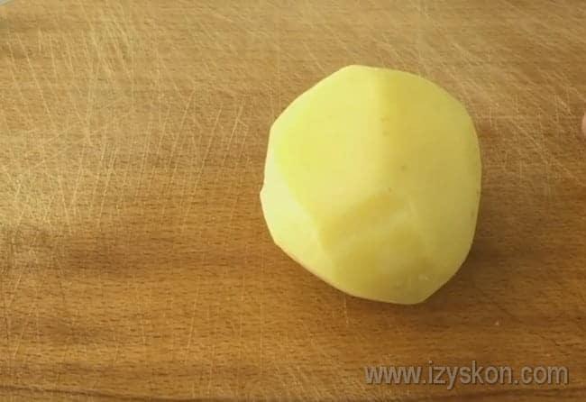 Катофель для приготовления грибной запеканки в духовке предварительно отвариваем в кожуре, а уже потом чистим.