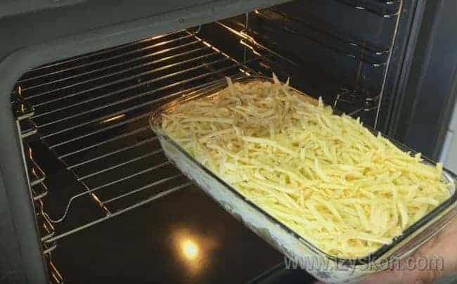 Такая запеканка с картошкой и грибами в духовке будет печься около получаса.