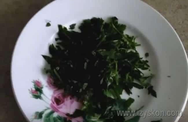 Под конец приготовления в блюдо можно добавить свежую зелень.