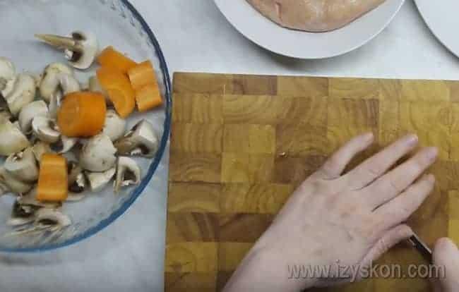 Для приготовления блюда нам также понадобится морковь, которую надо крупно нарезать.