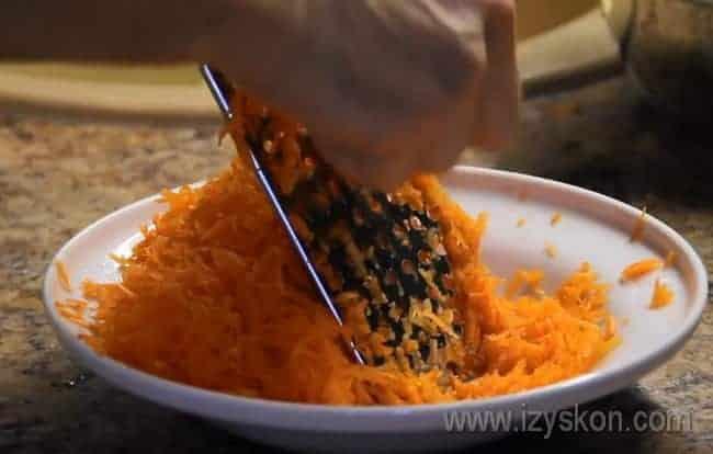 Морковь натираем на терке.