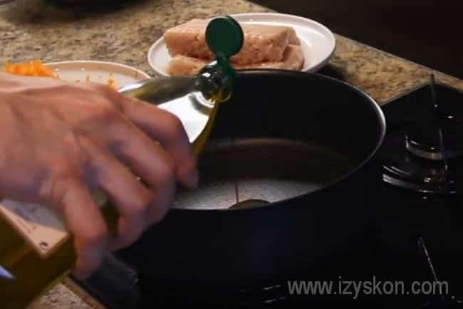 Раскаляем сковороду и наливаем на нее подсолнечное масло.